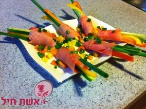 דג סלמון מגולגל על ירקות
