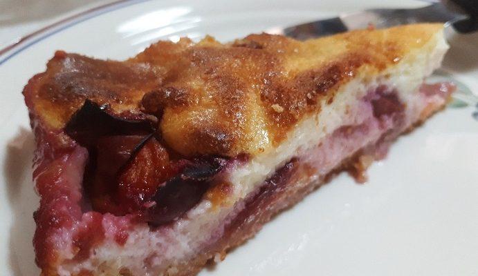עוגת שזיפים עם גבינה ושמנת חמוצה